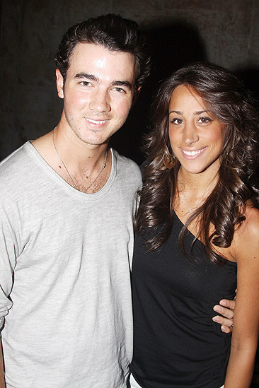 Jonas Idiot – Kevin Jonas – wife Danielle